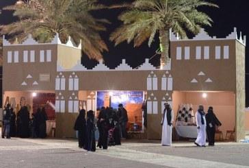 """تصاميم البيوت الطينية والمأكولات النجدية تجذب زوار مهرجان""""هلا سعودي"""" بالخبر"""