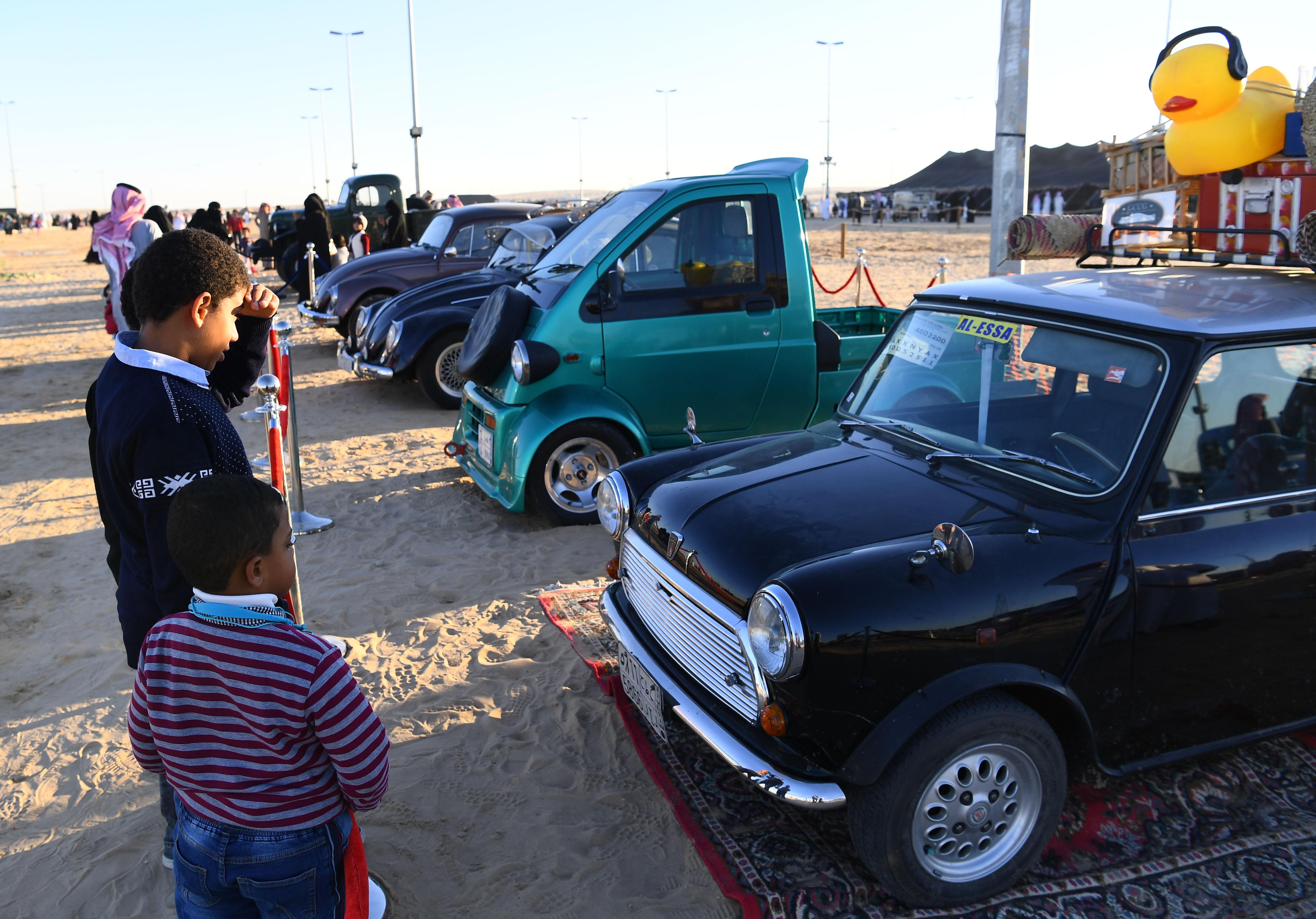 """"""" السيارات كلاسيكية """" تجذب أنظار زوار مهرجان سفاري بقيق"""