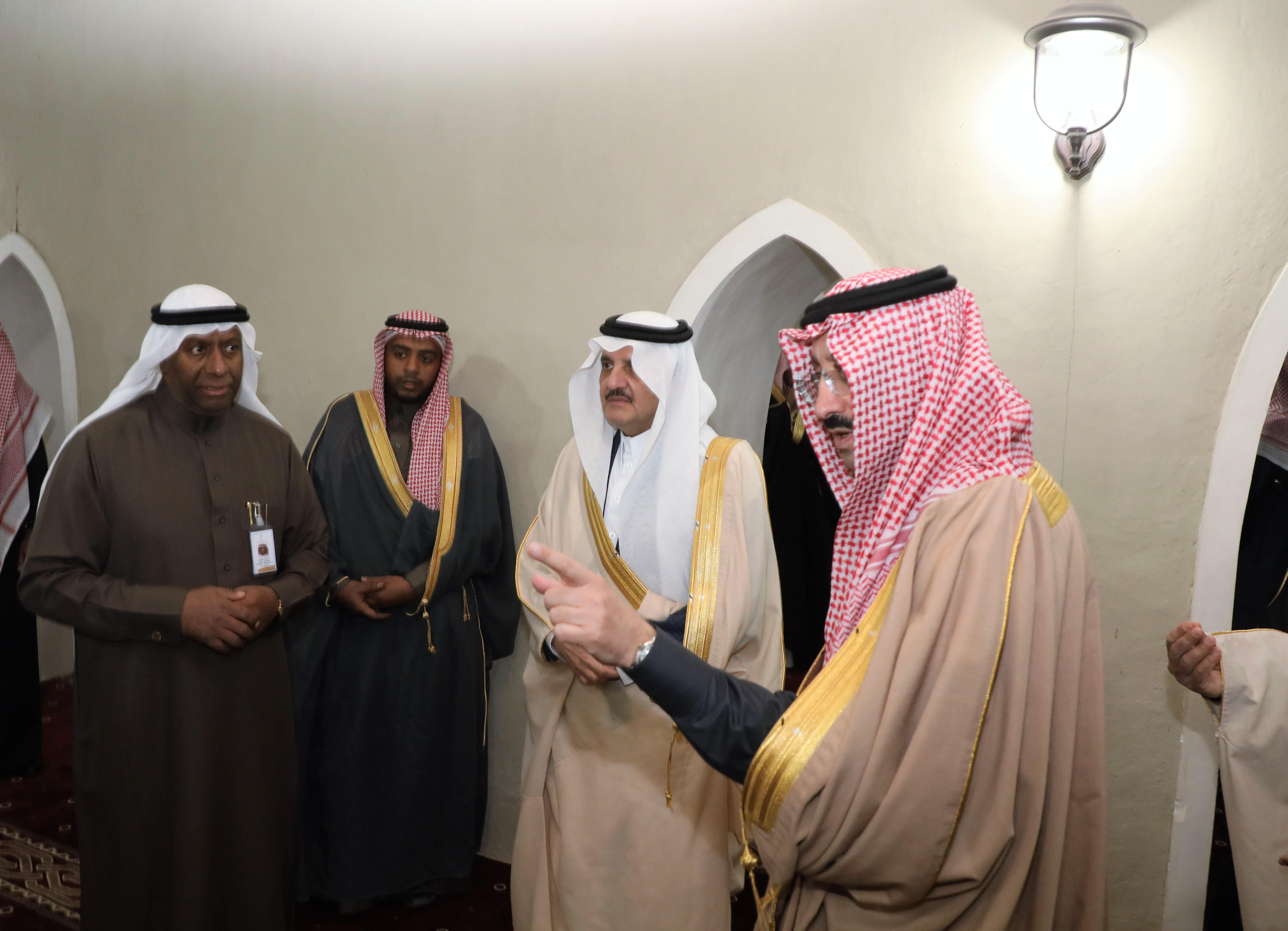 أمير الشرقية يزور مسجد جواثا التاريخي بالأحساء