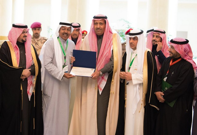 أمير منطقة الباحة يتسلم أول بطاقة للإرشاد السياحي