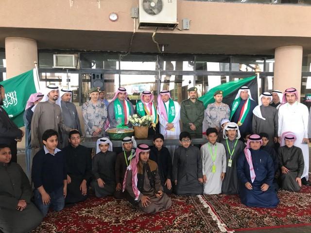 بالصور .. منفذ جمرك الخفجي يستقبل الكويتيين بالورود بمناسبة اليوم الوطني الكويتي