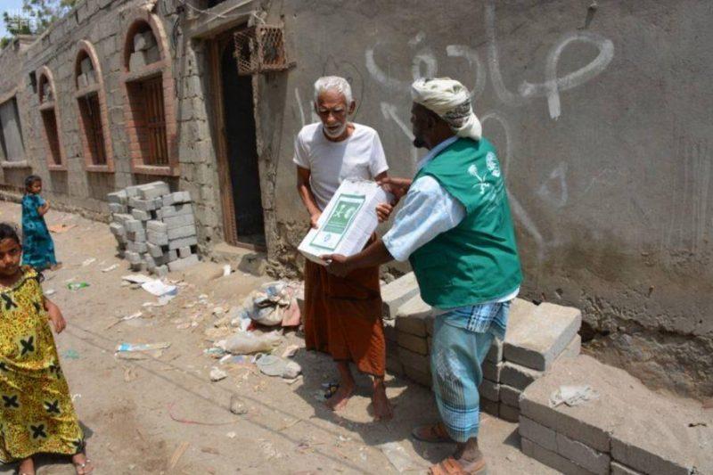 بالصور.. مركز الملك سلمان للإغاثة يدشن مشروع توزيع التمور للنازحين في خمس مديريات بمحافظة أبين