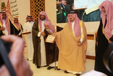 """أمير منطقة الرياض يكرم """"مكنون"""" في حفل جائزة الملك سلمان"""