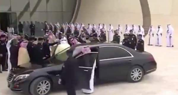 شاهد.. استقبل ولي العهد والده خادم الحرمين لدى وصوله لقمة الظهران