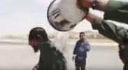 شاهد..ضباط أردنيون يسكبون الماء على ولي عهد الأردن