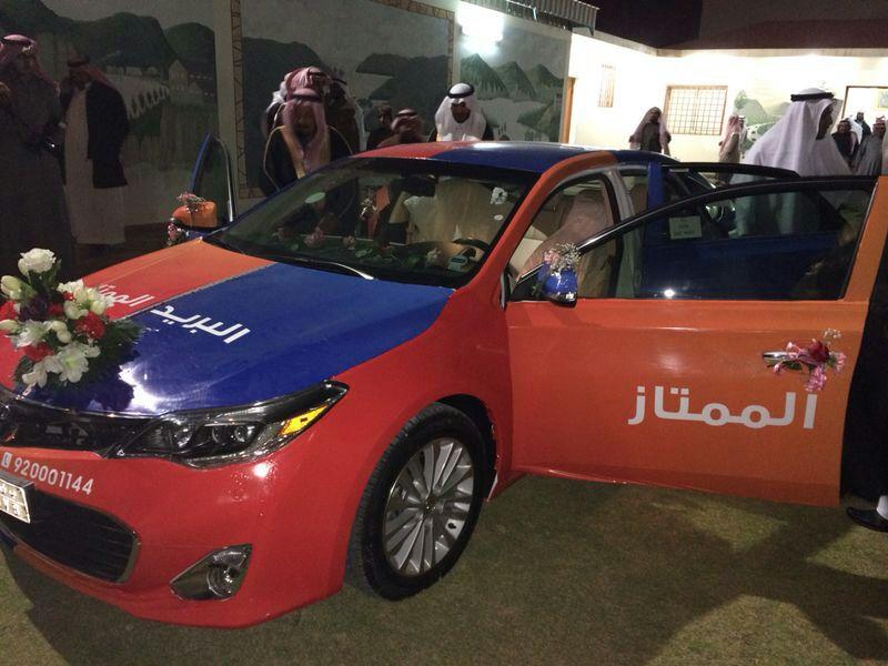 سيارة البريد الممتاز تزف سعودي يوم زواجه
