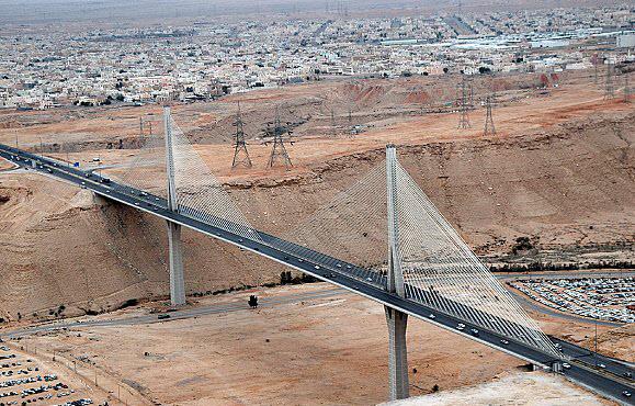 """""""النقل"""": الجسر المعلق بالرياض """"سليم"""" بعد اهتزازات العاصفة"""