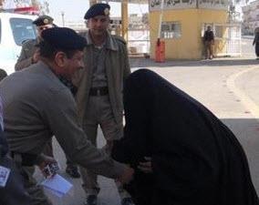 مُسنة تقبل يد مدير المرور وتطلب نقل ابنها إلى عرعر