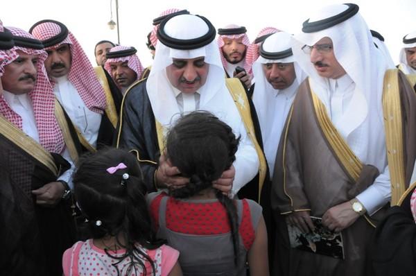 بالصور.. فهد بن سلطان يمسح دموع طفلتين طلبتا وظيفة لوالدهما