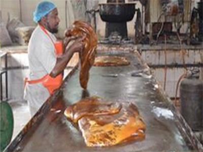 """""""التجارة"""" تطيح بمصنع يستخدم مواد أولية فاسدة لإنتاج الحلوى"""