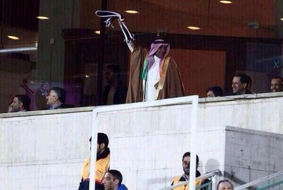 صورة.. السفير السعودي بطهران محتفلاً بهدف الشباب