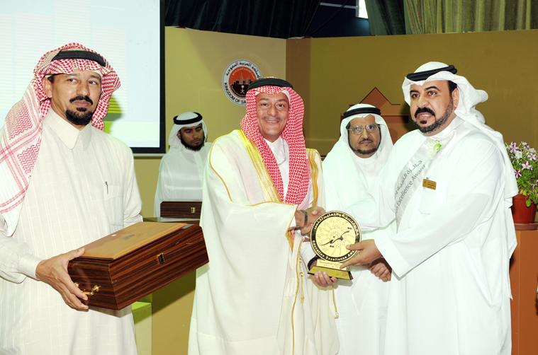 الرئيس التنفيذي يكرم الفائزين بجائزة التربية والتعليم للتميز