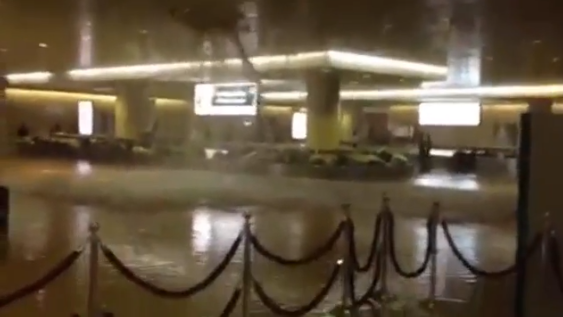 تسرب مياه الأمطار في مطار الملك فهد الدولي