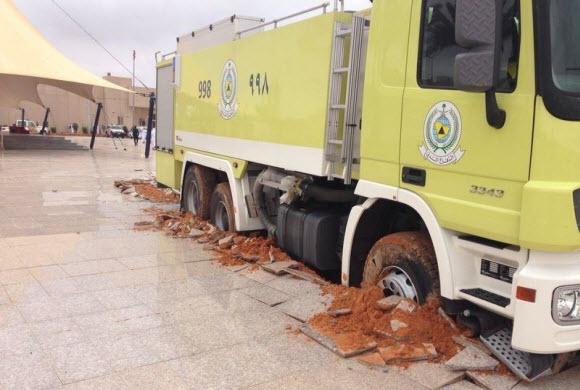 بالصور.. عجلات سيارة الدفاع المدني تحطم بلاط  ممر جامعة حائل