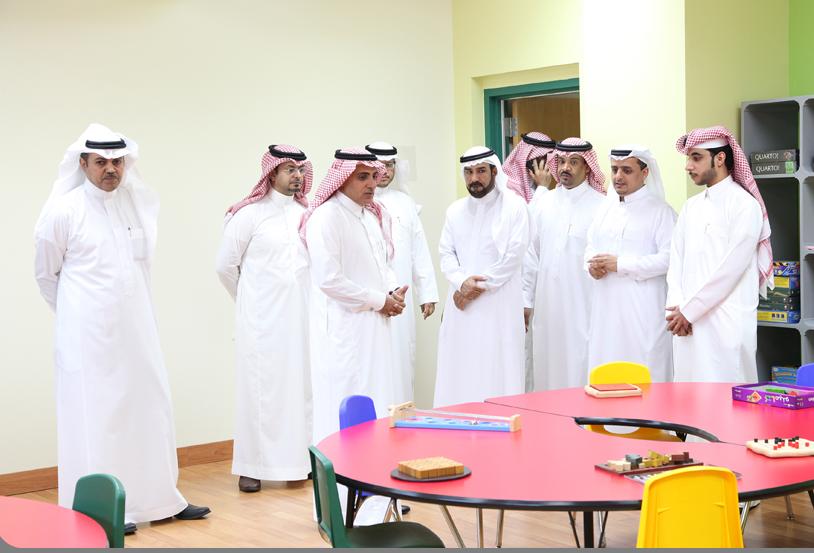 الرئيس التنفيذي بالهيئة الملكية بالجبيل يزور مدرسة الدانة الابتدائية