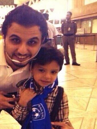 """""""العنزي"""" حارس نصراوي يحتضن طفلاً هلالياً"""