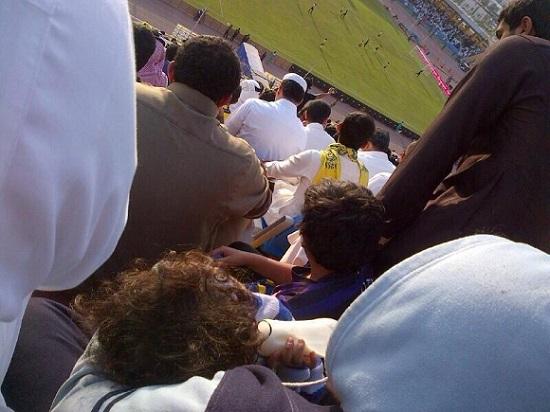 صورة .. لأحد مشجعي النصر يقوم بإعطاء ابنه الصغير رضعته