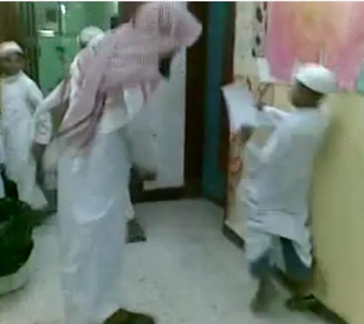 بالفيديو.. معلم يضرب 13 طالباً
