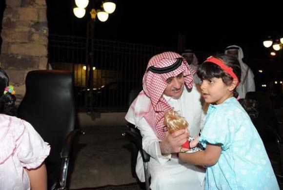بالصور.. أمير تبوك يتجول بسيارته الخاصة بمحافظة تيماء