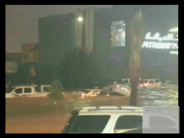أمطار كثيفة على الرياض, والشوارع كالعادة تستسلم مبكراً.